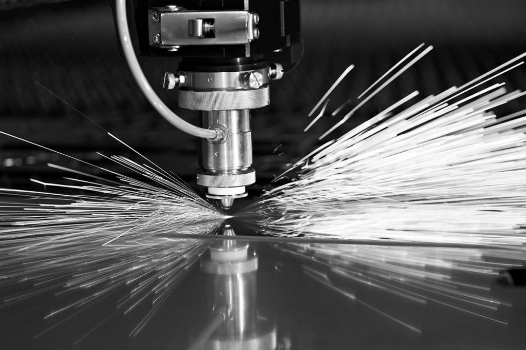 Laserschnitt - die Funken sprühen
